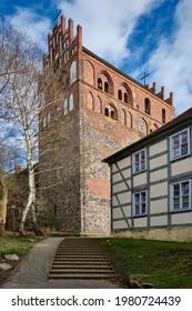 """Westwerk der Pfarrkirche """"St. Marien"""" mit dem denkmalgeschützten ehemaligen Schulhaus (Aussicht aus Nordwesten)"""
