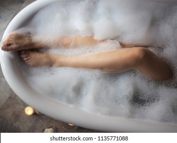 wet legs in the bathtub. tub for legs