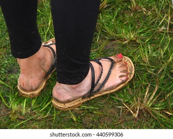 what not to wear to outdoor music festival muddy flipflops flip-flops thongs England UK