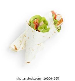 tortilla de blé avec poulet et légumes sur fond blanc