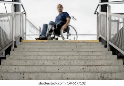 Rollstuhlfahrer an Treppen Konzept barrierefrei Behindertenzugang