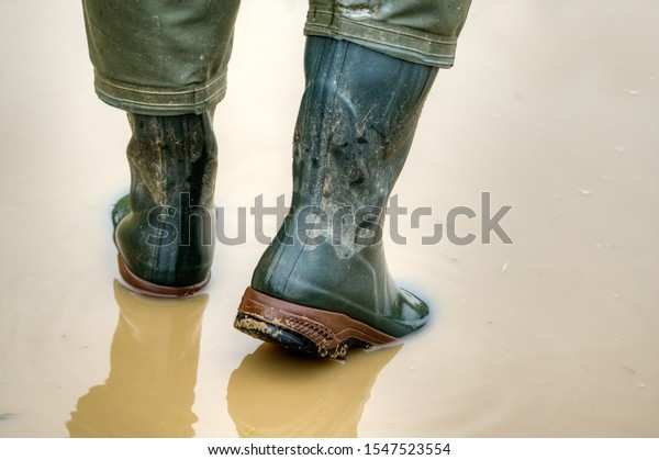 When the rain puddles grow outside in the autumn, it's time to put on the rubber boots. With good rubber boots you can get through every puddle of water with dry feet. View from behind.