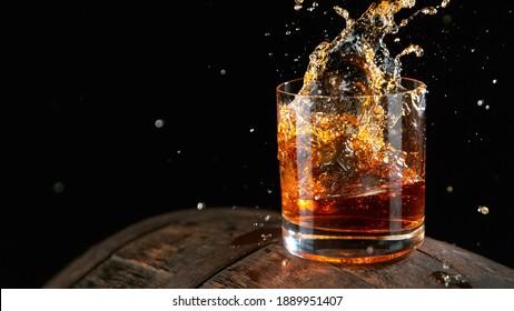 Whiskey Liquid fällt in Glas, Freeze Bewegung.
