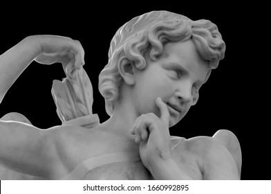 Weißer Engel des Todes auf schwarzem Hintergrund als Symbol für das Ende des Lebens. Antike Statue. Religion, ewiges Leben, Unsterblichkeit, Glaubenssatz