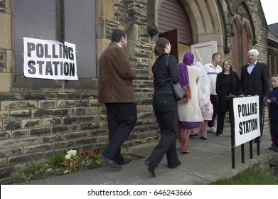 WHITE AND ASIAN VOTERS ENTERING POLLING STATION TO VOTE IN BRITISH ELECTION, DEWSBURY, WEST YORKSHIRE, UK, 8TH MAY 2005