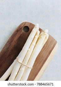 White asparagus asperge on wooden desk