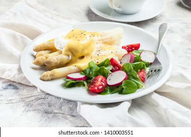 White asparagus with poached egg