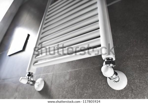 Weißer Badezimmerheizer mit Fensterbeleuchtung