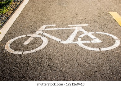 A white bicycle symbol on the road to indicate that it is a bicycle lens.