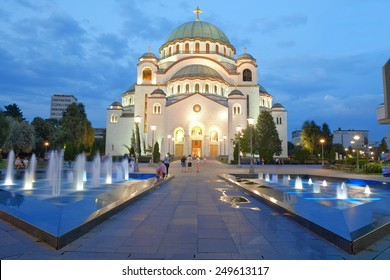 weiße Kathedrale St. Sava in Belgrad am Abend, Serbien
