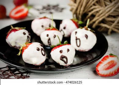 White chocolate strawberry ghosts for Halloween party