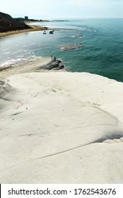 Weiße Küste und türkisfarbenes Meer Siziliens Sommer touristische Wahrzeichen