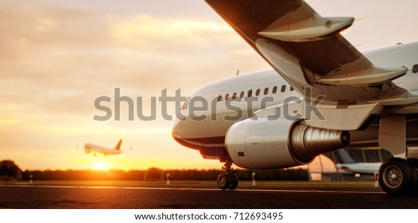 Weißes kommerzielles Flugzeug, das bei Sonnenuntergang auf der Landebahn des Flughafens steht. Passagierflugzeug starten. Flugzeugkonzept 3D-Abbildung.