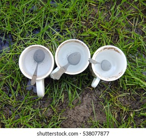 White dirty ceramic coffee mugs with spoons before washing