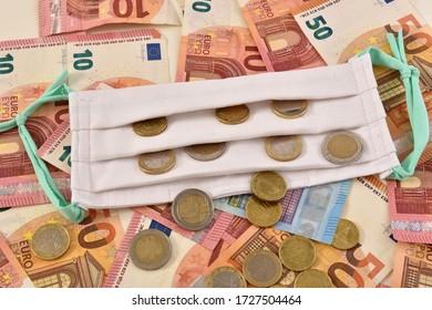 Weiße Facemask auf den Euro-Gesetzen symbolisiert das Konzept der wirtschaftlichen Auswirkungen durch Koronavirus