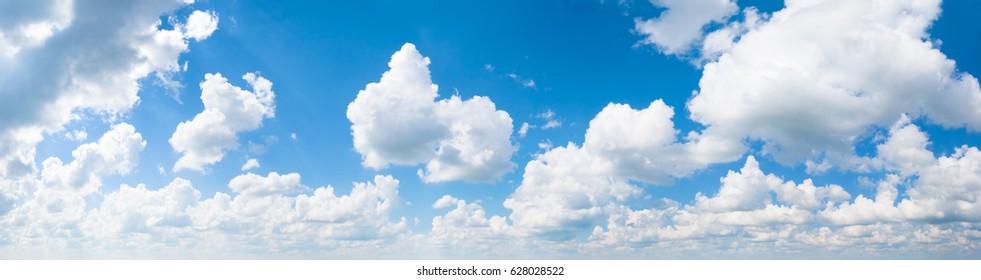 Weiße, flauschige Wolken im blauen Himmelspanorama. Sommer guter Wetterhintergrund.