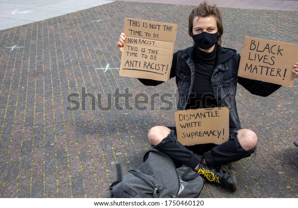 White  girl with mask protest against racism during Corona.board: 'black lives matter, anti racist, dismantle white supremacy'. Protest against racism. Demonstration, sign, activist, ,discrimination.