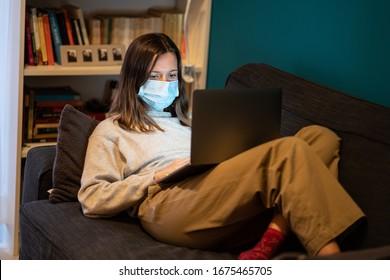 Ein weißes Mädchen arbeitet von zu Hause aus während Coronavirus oder Covid-19 Quarantäne, Coronavirus covid 19 infizierte Patienten in Coronavirus covid 19 Quarantäneräume mit Computer