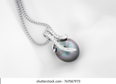 White gold pendant with tahitian pearl and diamonds