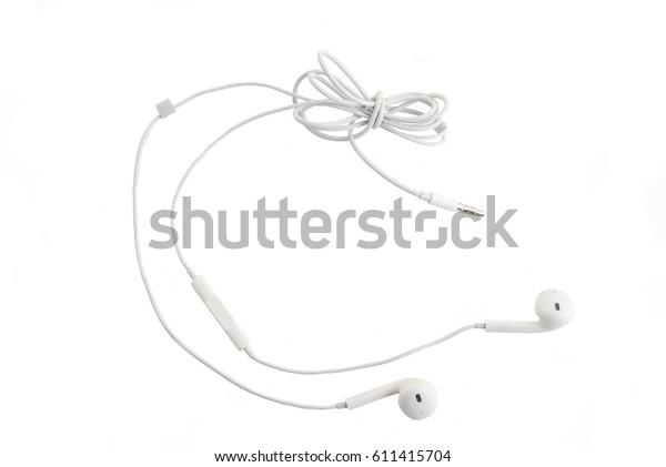 Белые наушники с гарнитурой лежат на белом изолированном фоне