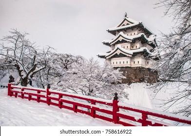 冬季中期の白い弘前城と赤い木造の橋、青森、東北、日本