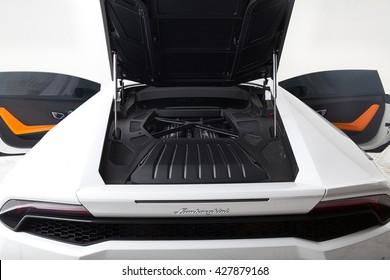 white Lamborghini huracan lp610-4 backside