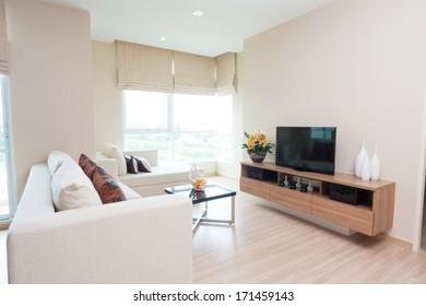 salón blanco en condominio.