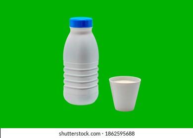 Bouteille de lait blanc, casquette bleue, tasse blanche remplie de lait. Objets isolés sur fond vert. Couper facilement avec une baguette magique. Coupez l'arrière-plan avec l'outil de seau de peinture, juste un clic.