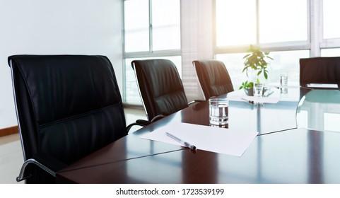 Weißes Papier mit Stift im Sitzungszimmer.