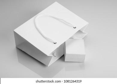White Paper Shopping Bag und Schmuck Box für Mockups