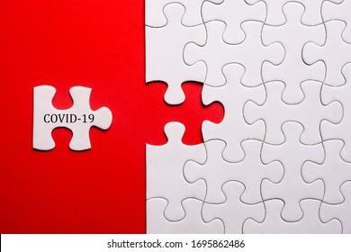 Weißes Rätsel auf blauem Hintergrund mit dem Wort COVID-19. Die Koronavirus-Pandemie verhindert soziale Distanz und Selbstisolierung.
