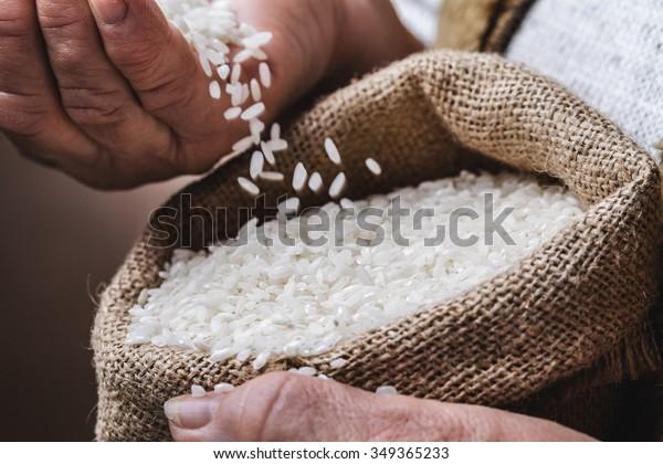 riso bianco in mano vecchia