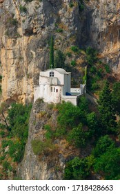 Weiße Felskirche Atrani entlang der Amalfiküste in Kampanien