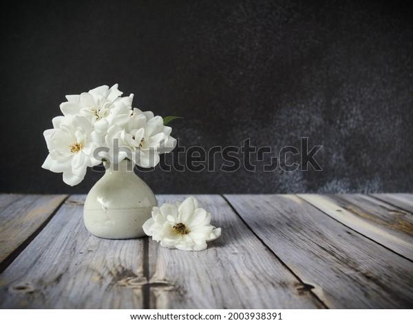 white-roses-small-vase-600w-2003938391.j