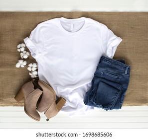 Weißes Hemd - T-Shirt mit Baumwollpflanze, Burlap, Stiefel und Jeans