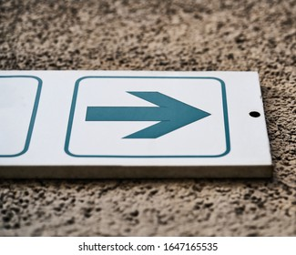 white sign with green arrow