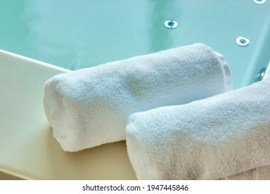Serviette blanche sur le bain à remous