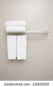 toallas blancas preparadas en el colgador.