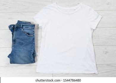 Weiße T-Shirt-Mock-up-Draufsicht und blauer denim-Kopienraum-Hintergrund