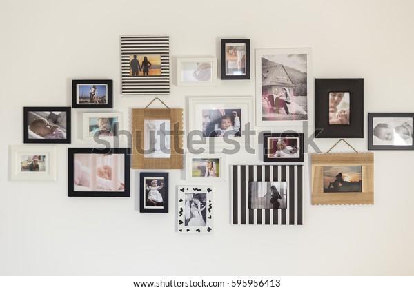 bức tường trắng với hình ảnh của gia đình trong các khung ảnh khác nhau