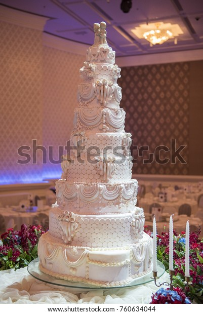 White Wedding Cake Red Flower Decoration Royalty Free Stock Image