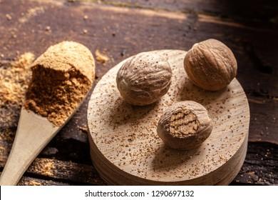Whole nutmegs and nutmeg powder