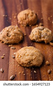 Wholegrain cookies is on the wooden table.
