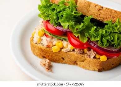 Wholegrain sandwich with tuna and vegetables