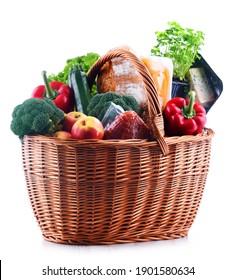 Korb mit mehreren Lebensmittelerzeugnissen einzeln auf weißem Hintergrund