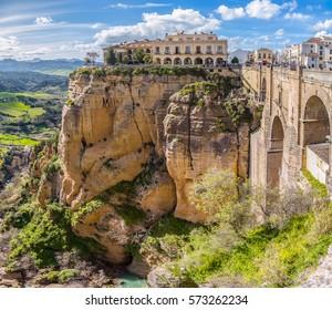 Weitwinkelbild des 120 Meter tiefen Kammes, der Ronda, die El Tajo Schlucht mit dem Puente Nuevo und dem Guadalevan Fluss auf dem Grund teilt. Ronda, Provence von Malaga, Andalusien, Südspanien.