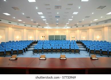 Weitwinkelaufnahme eines leeren Konferenzraums