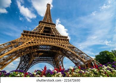 Grande photo de la Tour Eiffel avec ciel dramatique et fleurs en fin de soirée, Paris, France