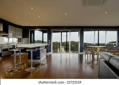 Grosser Blick auf einen Wohnbereich der Deluxe-Kategorie. Küche, Esszimmer mit Panoramablick von den Fenstern.