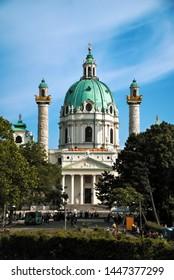 WIEN, ÖSTERREICH - 25. MAI 2018: Die Karlskirche in Wien an einem sonnigen Tag.